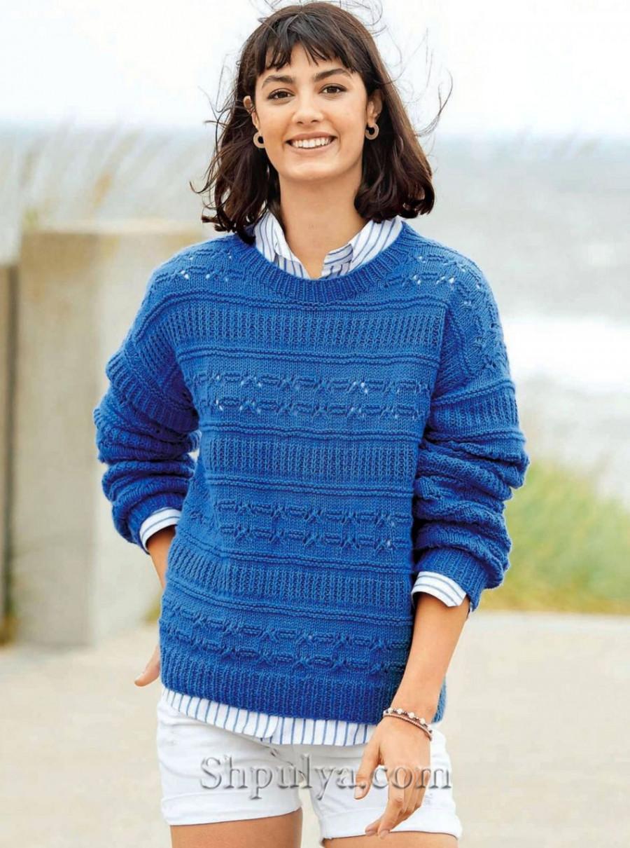 Синий пуловер с узором из разных полос